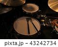 ジャズクラブのドラムセット 43242734