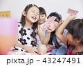 友達と遊ぶ女の子 43247491