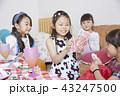 友達と遊ぶ女の子 43247500