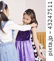 友達と遊ぶ女の子 ドレス 43247511