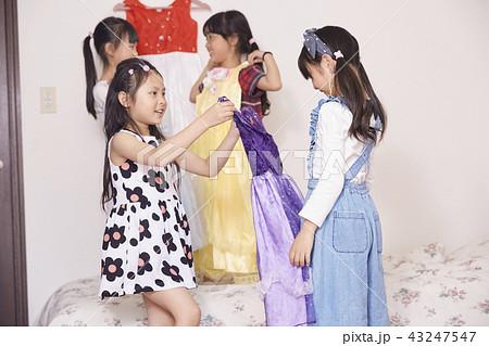 友達と遊ぶ女の子 ドレス 43247547