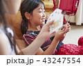 友達と遊ぶ女の子 43247554