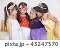 友達と遊ぶ女の子 ドレス 43247570