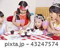 友達と遊ぶ女の子 ドレス 43247574