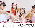 友達と遊ぶ女の子 ドレス 43247578