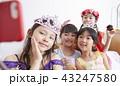 友達と遊ぶ女の子 ドレス 43247580