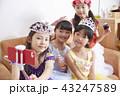 友達と遊ぶ女の子 ドレス 43247589