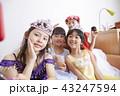 友達と遊ぶ女の子 ドレス 43247594