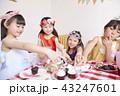 友達と遊ぶ女の子 ドレス 43247601