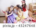 友達と遊ぶ女の子 ドレス 43247648