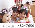 友達と遊ぶ女の子 ドレス 43247650