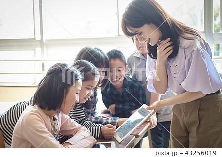 小学校のIT教育 授業風景 43256019