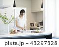 キッチンの女性 43297328