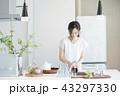 キッチンの女性 43297330