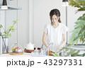 キッチンの女性 43297331