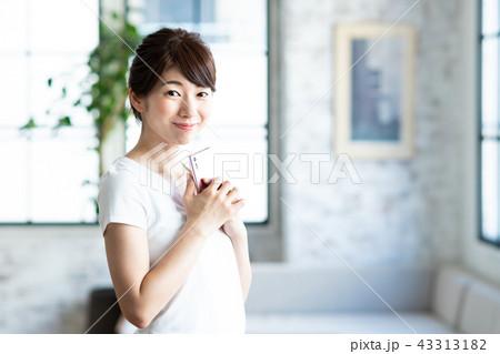 若い女性(スマホ) 43313182