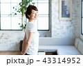 女性 人物 窓の写真 43314952