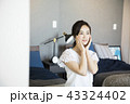 女性 人物 寝室の写真 43324402