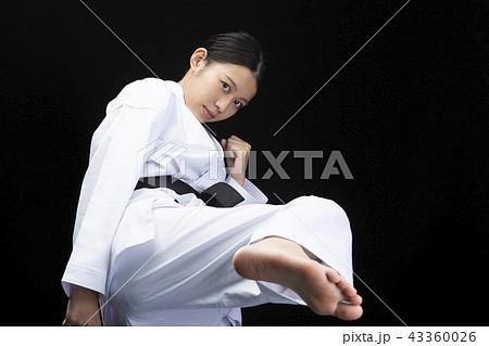 蹴りを繰り出す女性空手家 43360026