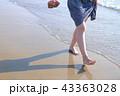 ビーチ 歩く 裸足の写真 43363028