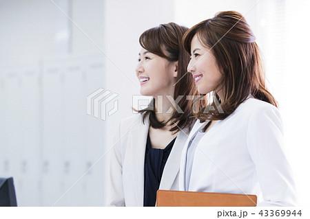 ビジネス 女性 会議 チーム オフィス ビジネスウーマン オフィスカジュアル 43369944