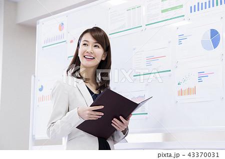 ビジネス 女性 会議 オフィス ビジネスマン オフィスカジュアル 43370031