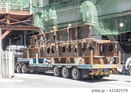 再開発工事中の渋谷駅街区鉄骨搬入安全管理大型トレーラーH型鋼 43382579