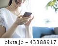 スマートフォンと女性 43388917