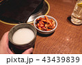 キムチとマッコリ。焼肉屋で食事 43439839