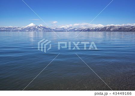 福島県のシンボル面積日本第4位の猪苗代湖と晴天の青い湖面に映る雪の磐梯山とのコントラストが美しい 43449166
