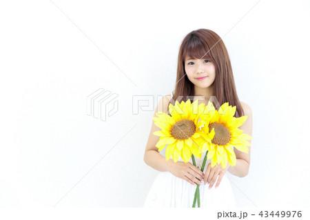 ひまわりを持つ若い女性 43449976