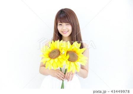 ひまわりを持つ若い女性 43449978