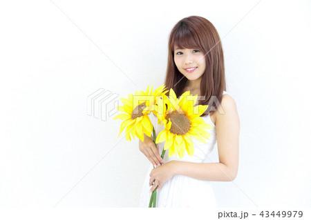 ひまわりを持つ若い女性 43449979
