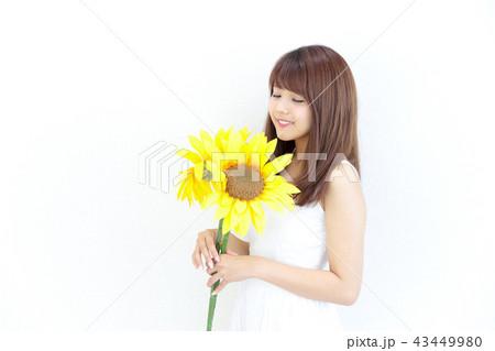 ひまわりを持つ若い女性 43449980