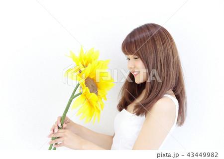 ひまわりを持つ若い女性 43449982