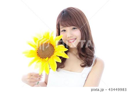 ひまわりを持つ若い女性 43449983