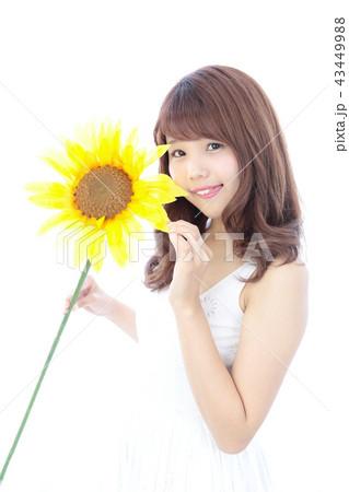 ひまわりを持つ若い女性 43449988