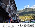 インドのヒマラヤ山岳都市 マナーリー中心部の街並み 住居と店舗と山々  43464395