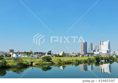 青空の街並みと川沿いの風景 43465597