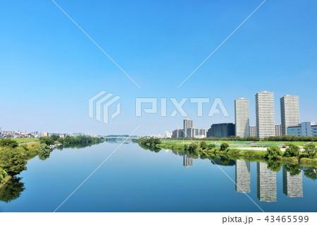 青空の街並みと川沿いの風景 43465599