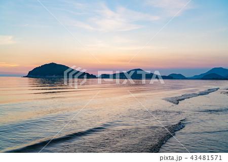 【香川県】夕暮れの海岸 43481571
