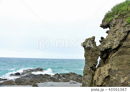 北海道 日本海と親子熊岩 43501367
