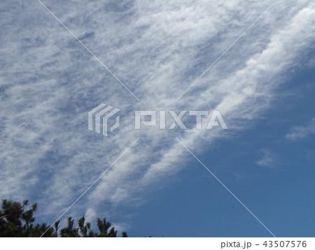 飛行機雲のような筋状の沢山の雲 43507576
