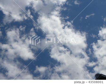 夏の青空と白い雲 43508001