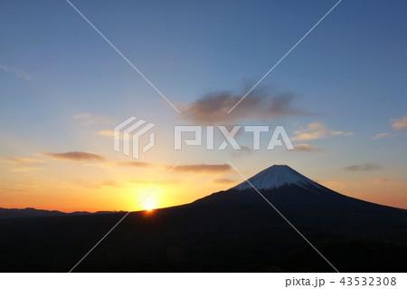 富士山と夜明けの光 43532308