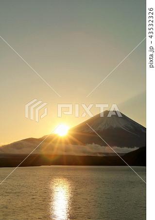 富士山と夜明けの太陽 43532326