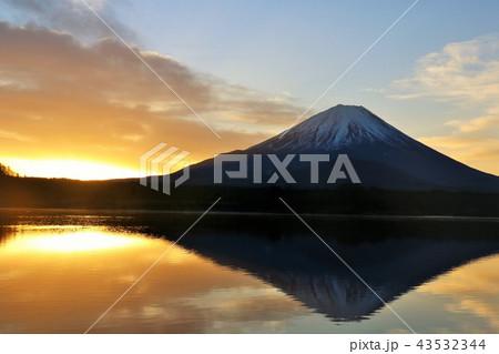 日の出前の逆さ富士 43532344