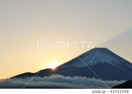 富士山と夜明けの光 43532349