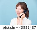ガラケーで通話する女性 43552487