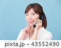 ガラケーで通話する女性 43552490